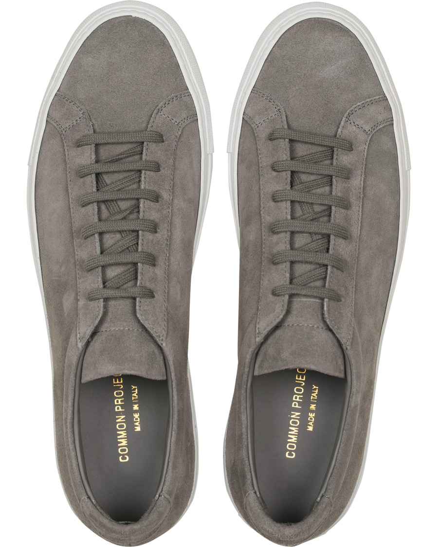 378e9166cd8 Common Projects Achilles Sneakers Dark Grey Suede hos CareOfCarl.