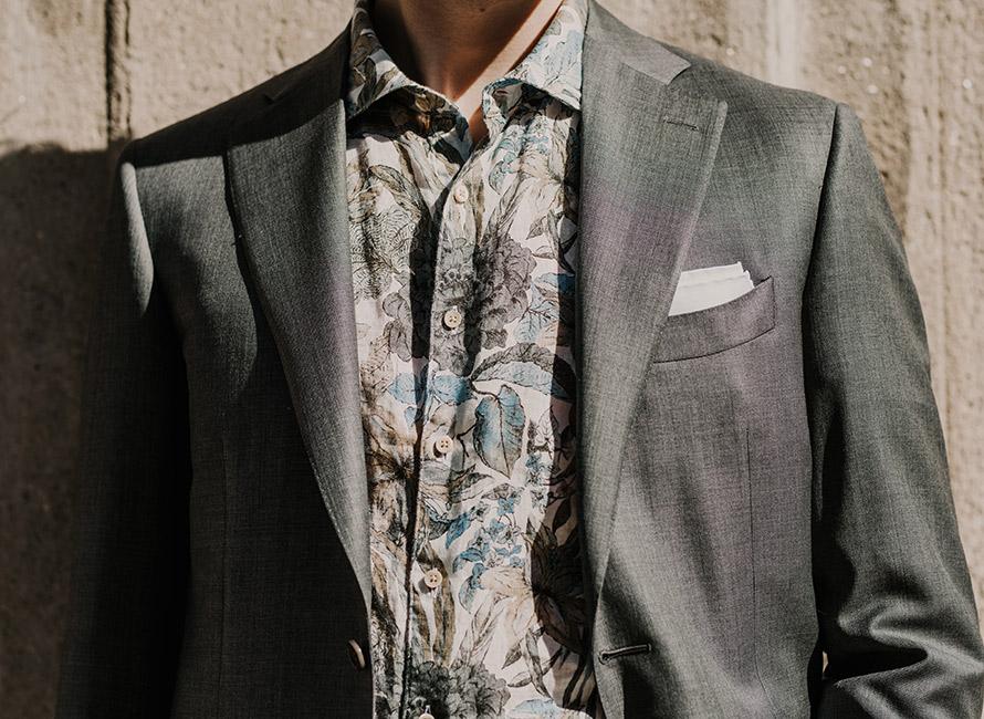 b6b1559d1b5 Stilskolen: Sådan bærer du en blomstret skjorte til en formel stil ...